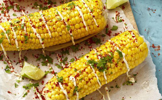 Pečeni kukuruz s majonezom i povrćem