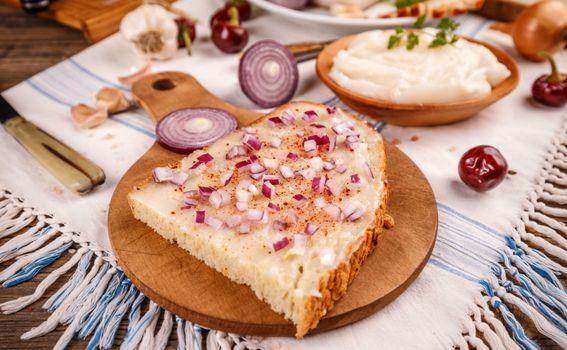 Kruh sa svinjskom mašću, crvenom paprikom u prahu i malo nasjeckanog luka