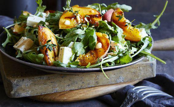 Salata s breskvama i feta sirom