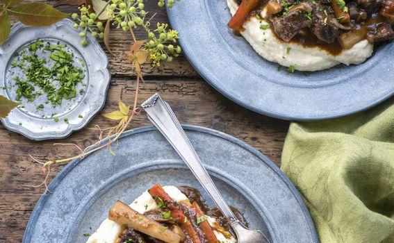 Juneći gulaš s mrkvama i šljivama