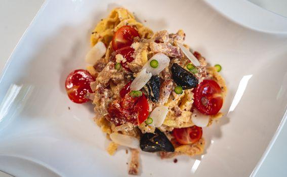 Kremasta tjestenina s dvije vrste češnjaka, cherry rajčicama, pancetom i skutom