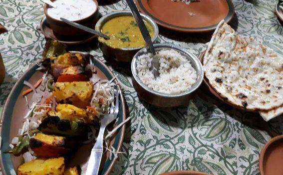 Tandori salata, rahita, riža, dahl i naan