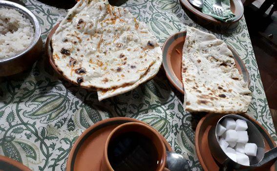 Naan i čaj od đumbira