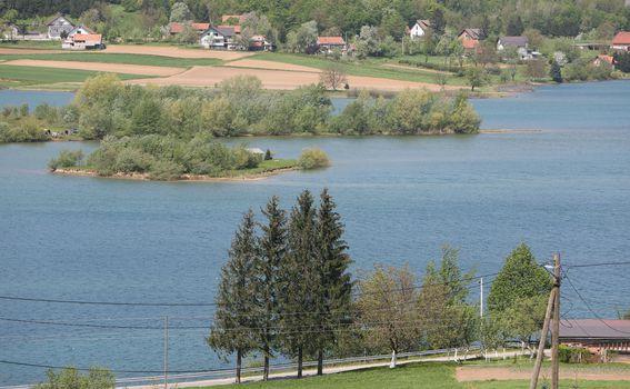 Idilični prikaz jezera Sabljaci u blizini Ogulina