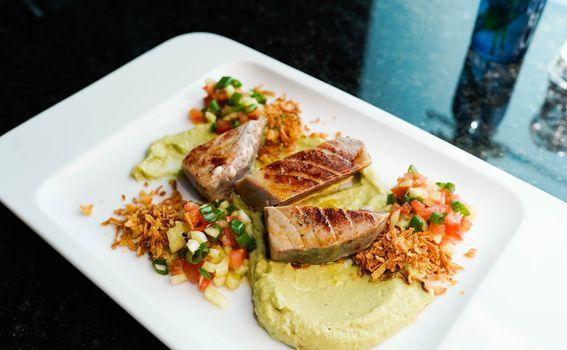 Tuna steak sa svježom salsom, guacamoleom i prženim lukom