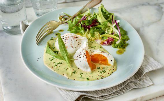 Poširana jaja s umakom od češnjaka