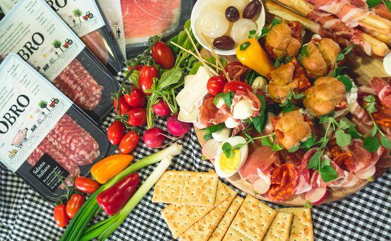 Princezice s francuskom salatom, ražnjići s mozzarelom i pršutom te pancetom omotane grisine oduševit će vaše goste