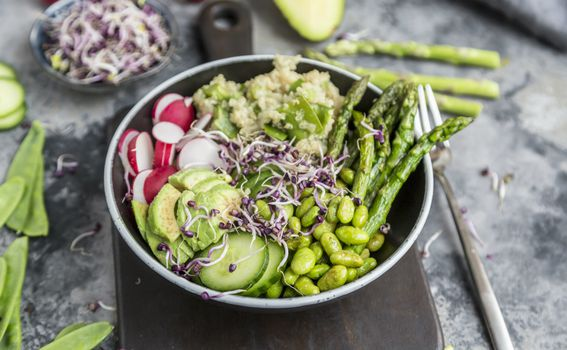 Salata s povrćem i avokadom