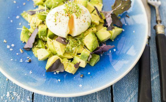 Avokado i poširano jaje