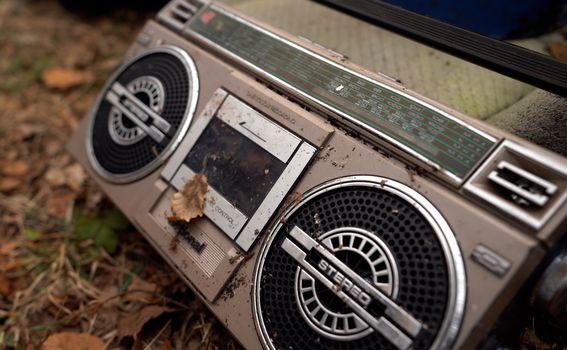 Stari kazetofon bačen u špilju kod Žute Lokve