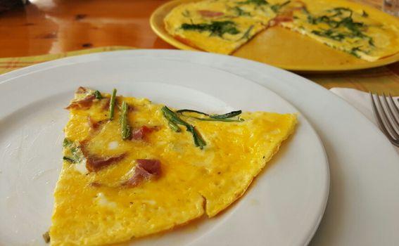 Omlet od domaćih jaja sa šparogama i pršutom