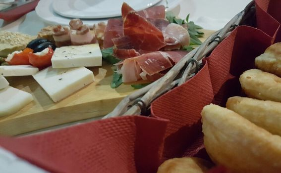 Plata s domaćim sirom i suhomesnatim proizvodima