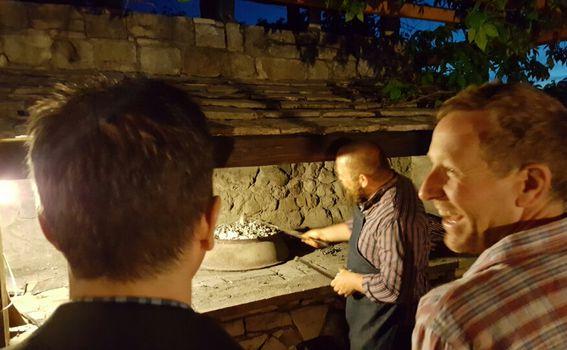 Ivan gostima objašnjava kako se radi peka