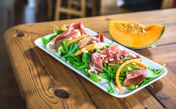 Salata s pršutom, mladim špinatom, dinjom i pinjolima