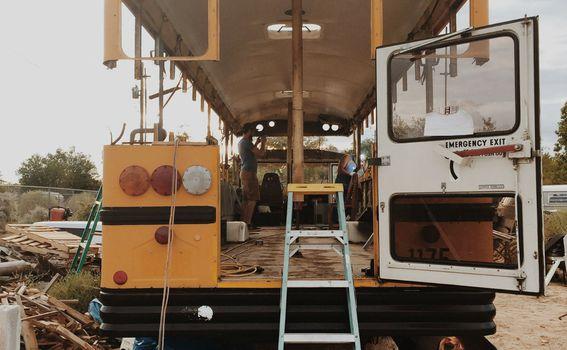 Stari školski autobus preuređen u dom za pet osoba