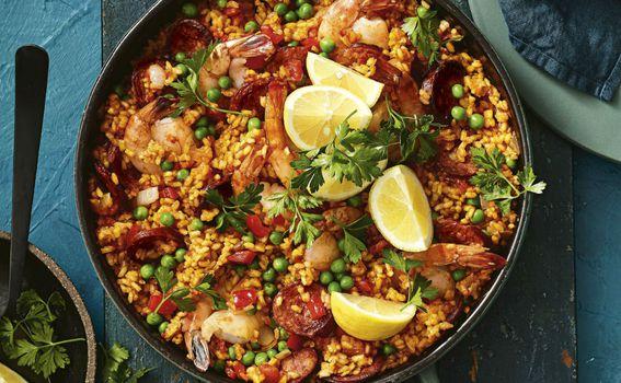 I klasična paella s morskim plodovima se obično služi s limunom