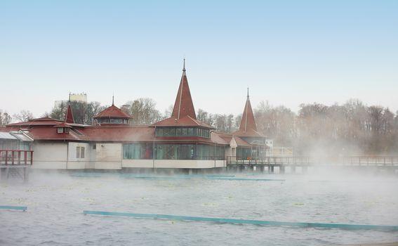 Mistično jezero Hevíz nalazi se na oko sat vremena od hrvatske granice