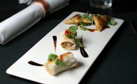Tapasi hrskavi trokuti (Savijača sa škampima u bisqueu s celerom i đumbirom) 45 kn i tapasi mozzarela Bufallo sa sirovom bijelom ribom