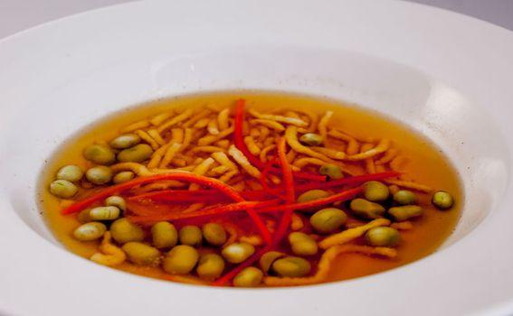 Goveđa juha s kapancima i bobom
