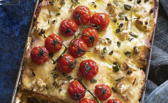 Lazanje s karameliziranim lukom, cvjetačom i pečenim rajčicama