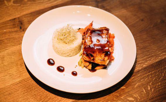 Teriyaki losos s rižom i hrskavim povrćem