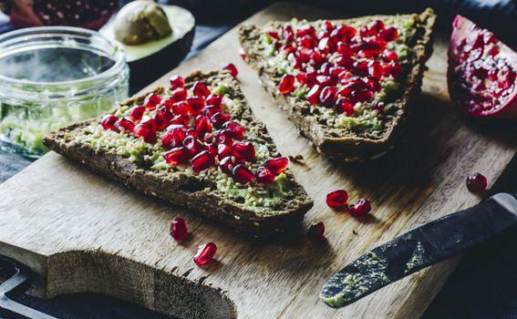 Kriška cjelovitog kruha, namaz od avokada i nar