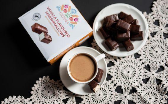 Kuljanka slatkiš od meringe preliven čokoladom