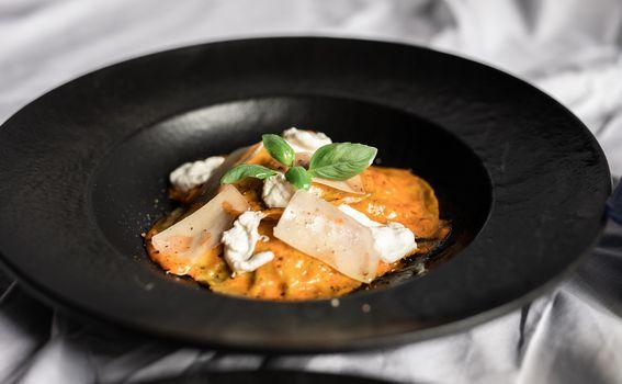 Kremasta tjestenina s mediteranskim umakom obogaćenim burratom