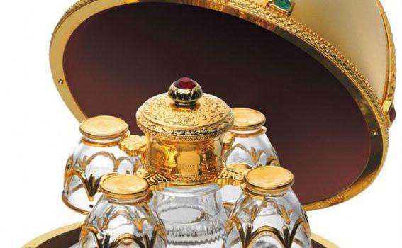 U jaju se nalaze i četiri čašice od Murano stakla