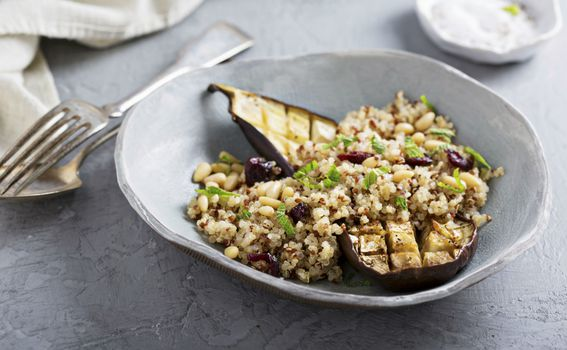 Pečeni patlidžan sa salatom od kvinoje