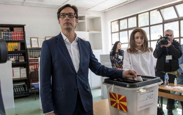 Na predsjedničkim izborima u Sjevernoj Makedoniji slab odaziv, kandidati gotovo izjednačeni