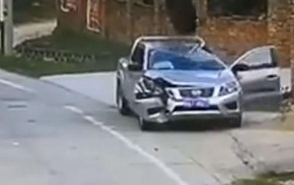 Milimetri su ga dijelili od strašne smrti: Guma ''pala s neba'' i potpuno mu uništila auto