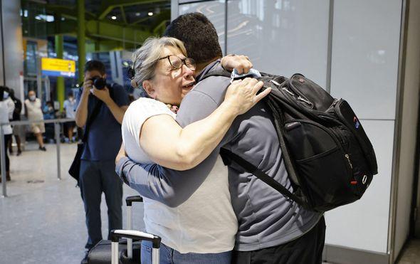 Zagrljaji i suze na Heathrowu
