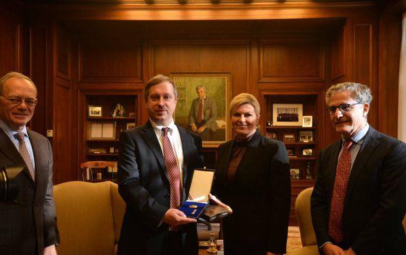 predsjednica urucila medalju uglednom hrvatskom znastveniku marinu soljacicu