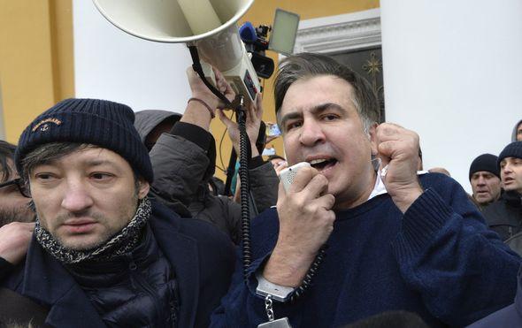 mihail saakasvili porucuje da se nece predati nakon sto su ga pristase oslobodili iz ruku policije