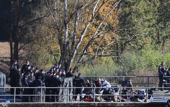 Migranti na graničnom prijelazu Maljevac (Foto: Slavko Midzor/PIXSELL)