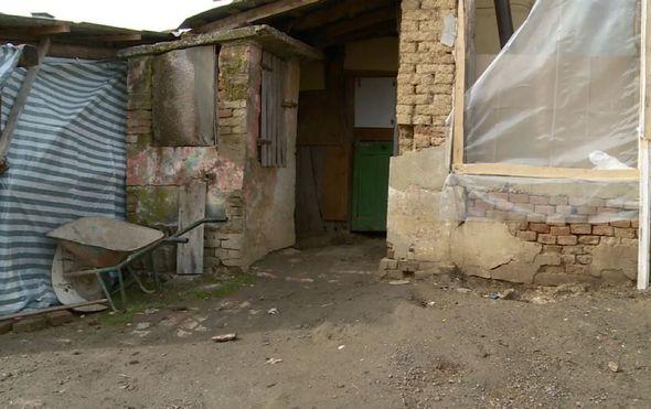 Obitelj sa sedmero djece živi u dvije prostorije, s prozorima bez stakala: ''Najviše bih voljela da djeca imaju svoju sobu i kupaonicu''
