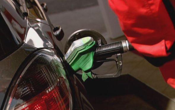Čovjek ulijeva gorivo
