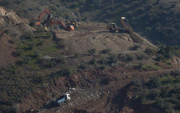 Nastavlja se potraga za dvogodišnjakom koji je upao u 100 metara duboku jamu
