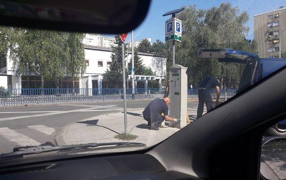 Demontaža automata za naplatu parkinga (Foto: Čitatelj Dnevnik.hr)