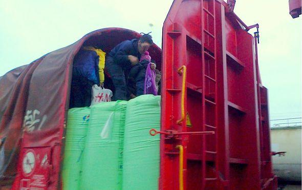 Srpski carinici u vagonu s umjetnim gnojivom pronašli 17 migranata, među njima ima male djece