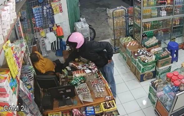 smotan kao sajla ovom razbojniku nije uspjelo opljackati cak ni usnulog vlasnika trgovine