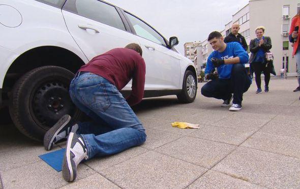 Ne znate kako zamijeniti gumu na automobilu? Nakon ovoga nema više izgovora