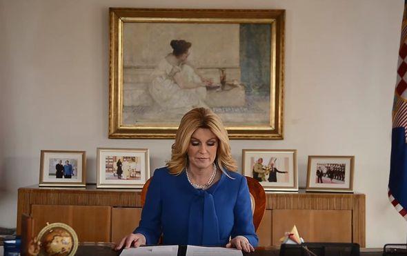 Video koji ne smijete propustiti: Predsjednica u svom uredu sjedi i čita - Pipi Dugu Čarapu
