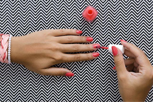 Žena lakira nokte