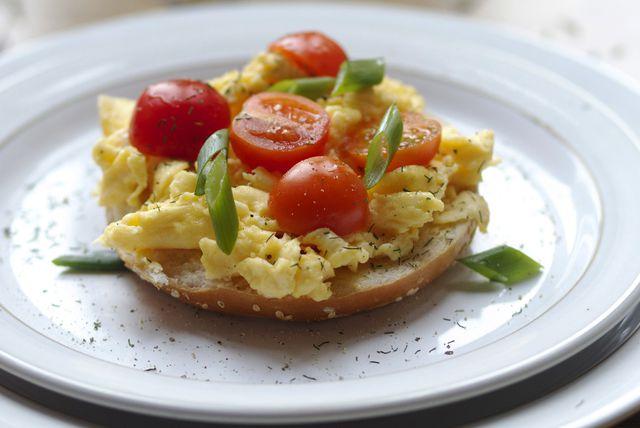 Omlet s mladim lukom i cherry rajčicama