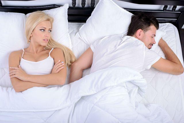 Žena i muškarac u krevetu