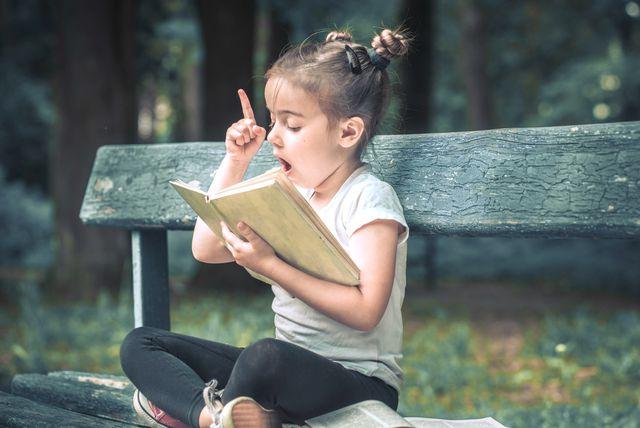 Djevojčica s knjigom