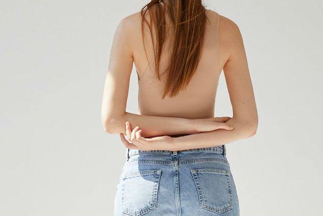 Bodi u boji kože može se kombinirati s trapericama i suknjama