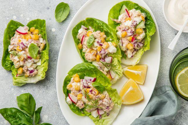 Zelena salata punjena s tunom i kukuruzom